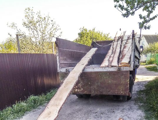 Грузовик привез дрова